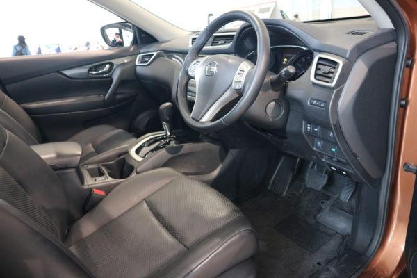 エクストレイルの運転席画像