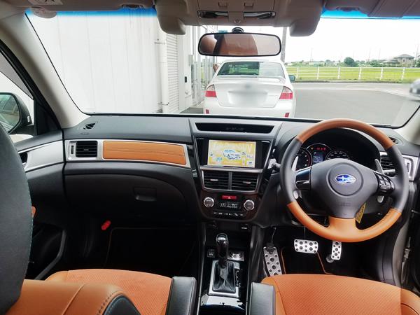 クロスオーバー7の運転席画像