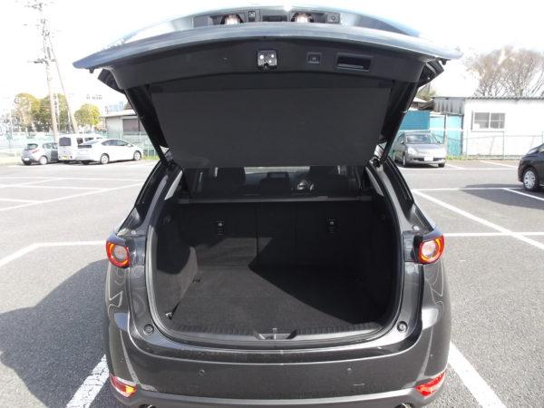 CX-5のトランクルームを開けた画像