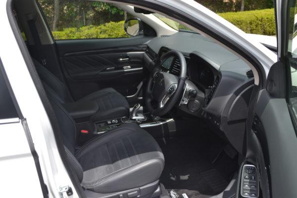 アウトランダーPHEVの運転席画像