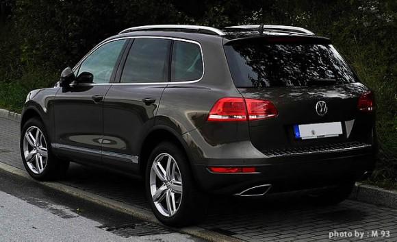 VW「トゥアレグ」黒の後方画像